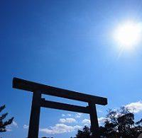 鳥居と太陽と空